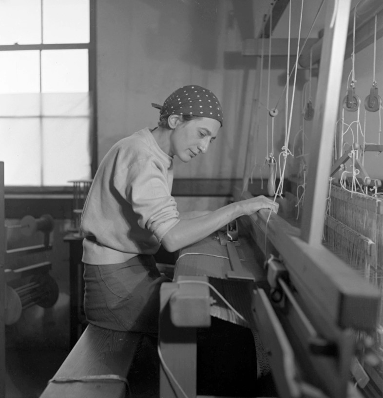 Anni-Albers-in-her-weaving-studio-at-Black-Mountai