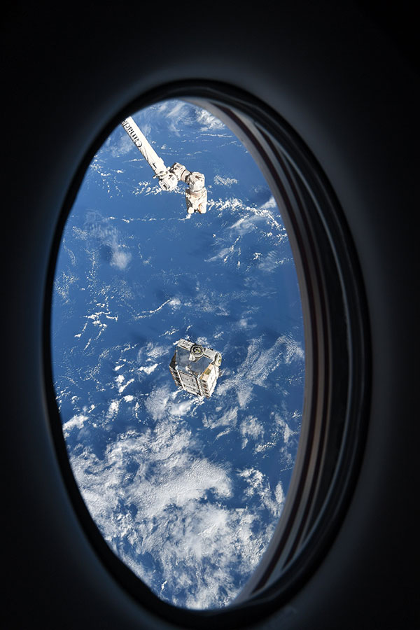 astronaut mike hopkins photos from window of spacex crew dragon resilience 6 Astronaut Mike Hopkins is Sharing Photos from his Window Seat and Theyre Incredible