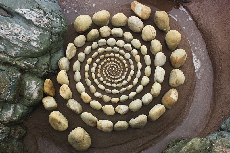 beach stone land art by jon foreman 20 Combing the Beach for Stones and Reorganizing Them Into Something Beautiful
