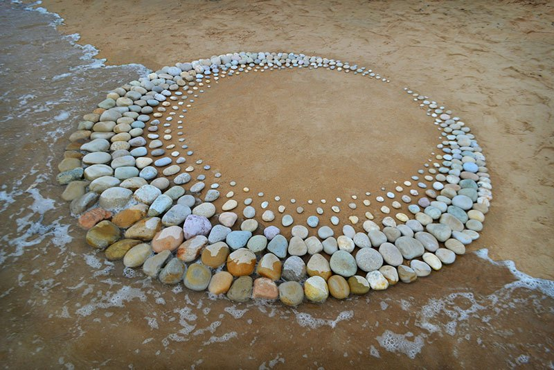 beach stone land art by jon foreman 16 Combing the Beach for Stones and Reorganizing Them Into Something Beautiful